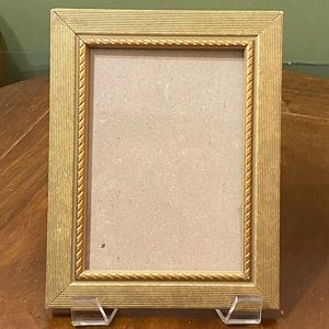 """Gold Ribbed 5""""x7"""" Freestanding Photo Picture Frame"""